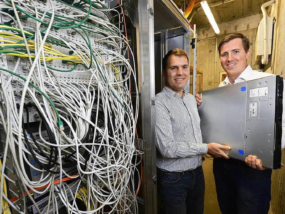 Ralf (links) und Christoph Dyllick-Bre...ren ihren Server im Rotteck-Gymnasium.  | Foto: Ingo Schneider