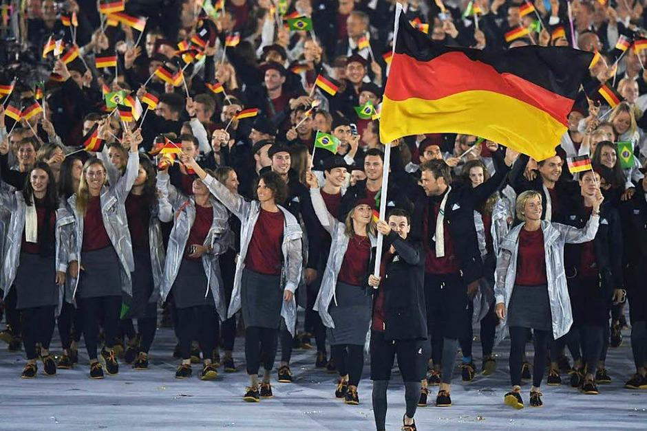 Die deutsche Mannschaft mit Fahnenträger Timo Boll genießt beim Einmarsch die Party-Stimmung im Maracanã-Stadion. (Foto: AFP)