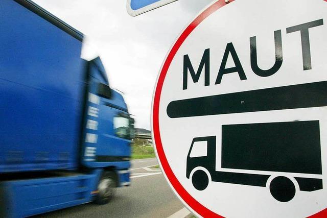 Dreister LKW-Fahrer beseitigt Sperre und zerstört frische Teerdecke