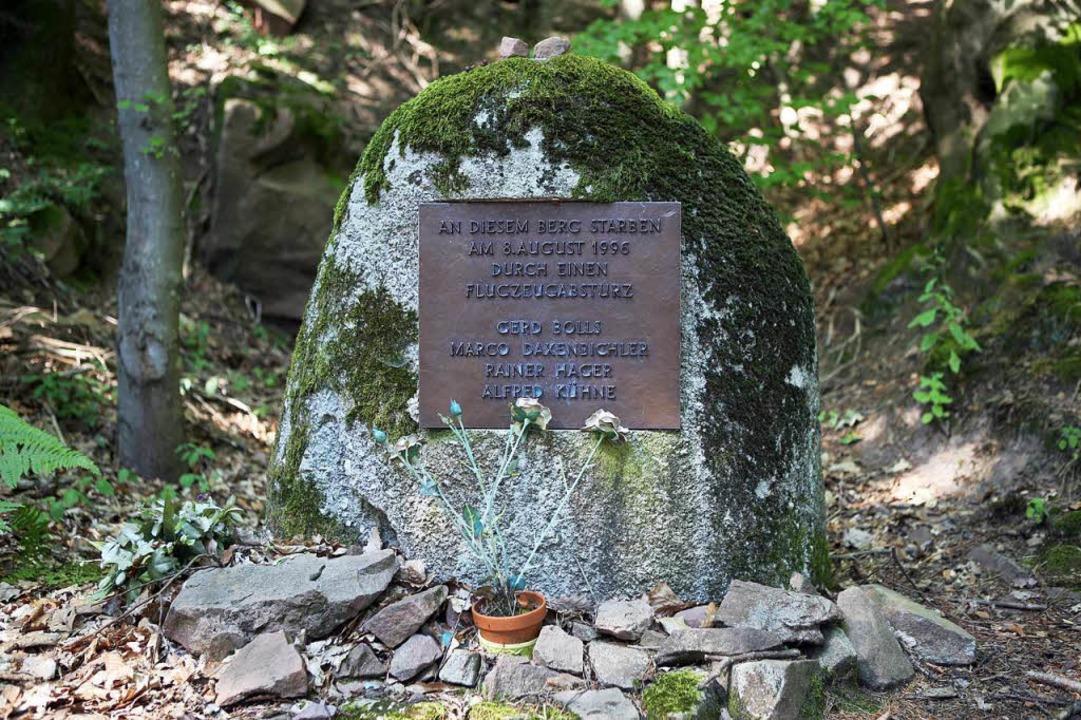 Der Gedenkstein erinnert an den tödlichen Absturz.  | Foto: Christoph Breithaupt