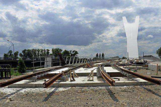 Gleise auf der neuen Tram-Brücke fast fertig verlegt