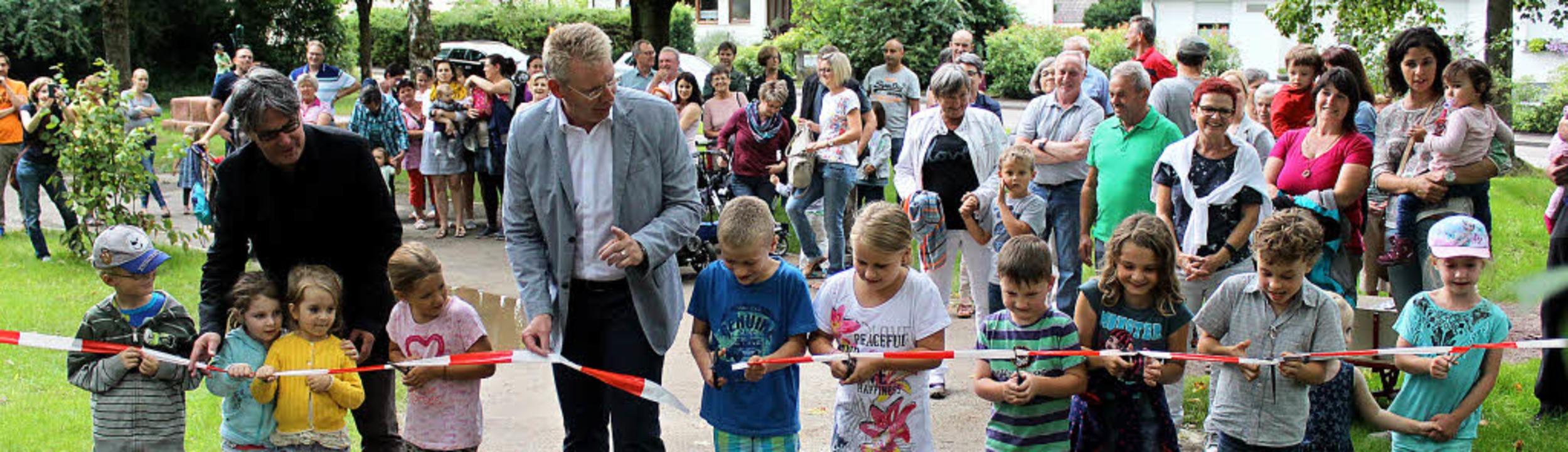 Thomas Stadelmann (links) und Christia...des Absperrbandes viel Unterstützung.   | Foto: Mario Schöneberg
