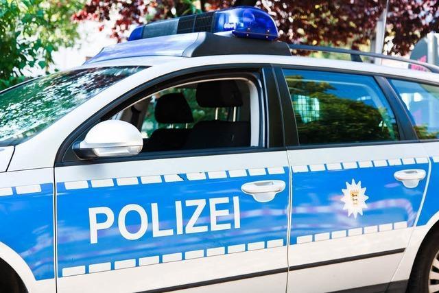 Betrunkene randaliert im Eiscafé und beschädigt Polizeiauto