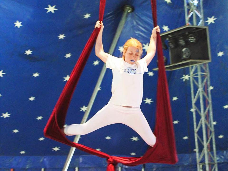 Akrobatik unterm Zirkusdach.     Foto: Anja Bertsch