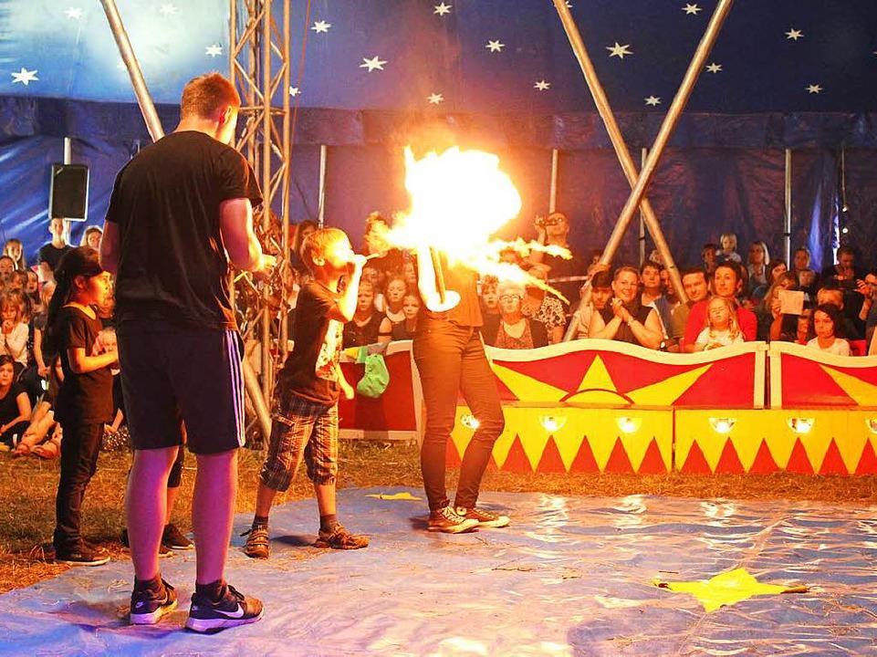 Buchstäblich eine heiße Sache war der Auftritt der Feuerschlucker.     Foto: Anja Bertsch