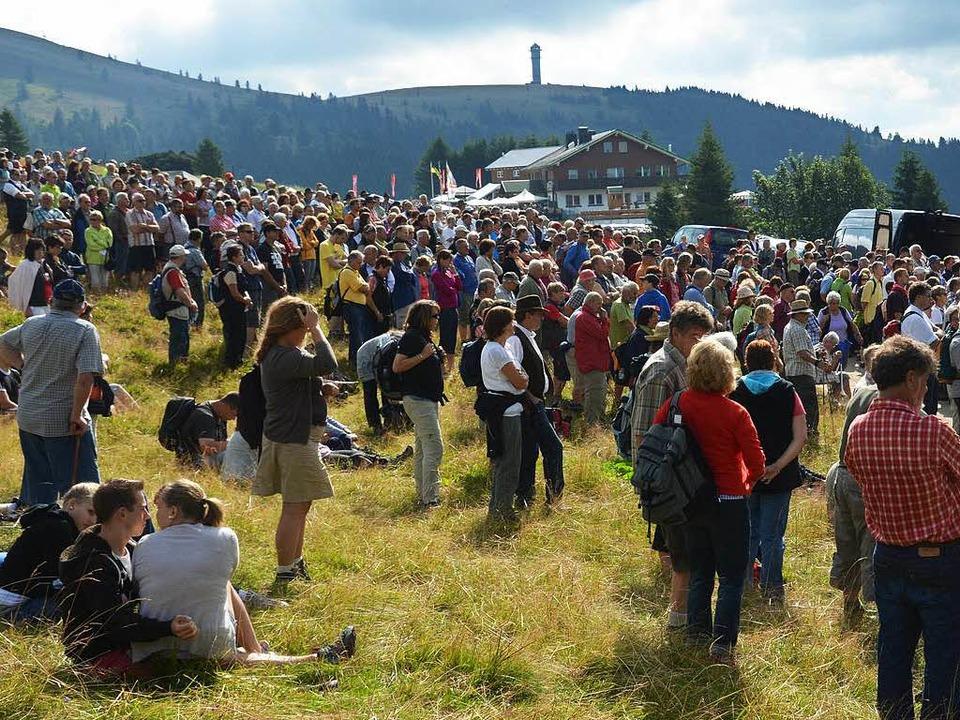 Bis hoch in die Bergwiese reicht die M... der Messe an der  Laurentiuskapelle.   | Foto: Ralf Morys