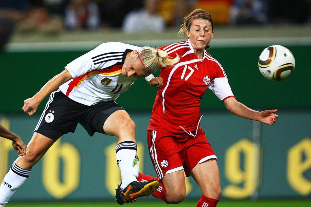 Chelsea Stewart (rechts) im Zweikampf ...utschland-Kanada am 15. September 2010    Foto: Thomas Eisenhuth