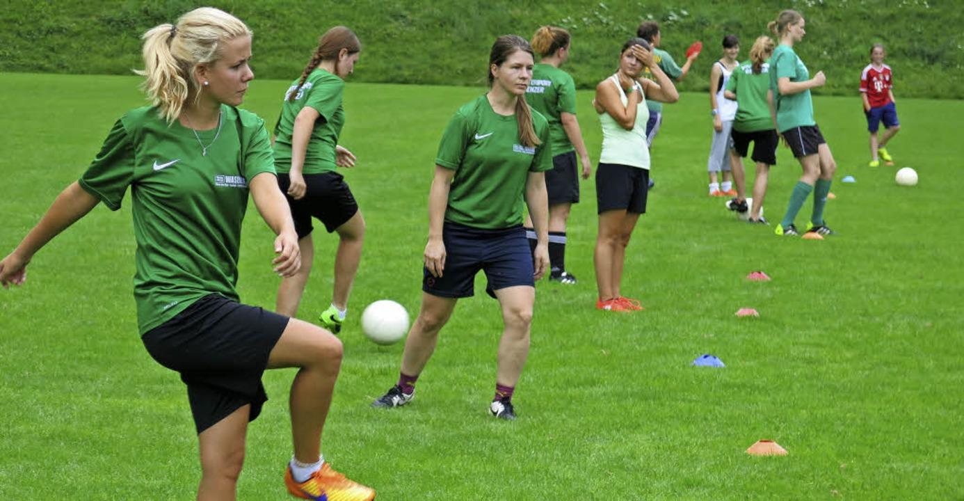 Eine lange Reihe von Fußballerinnen bei der Übungseinheit Passspiel.  | Foto: Erhard Morath