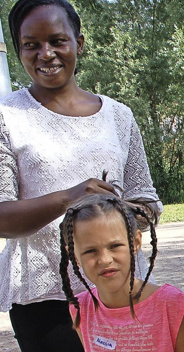 Esther Sungu beim Haareflechten  | Foto: Petra Wunderle