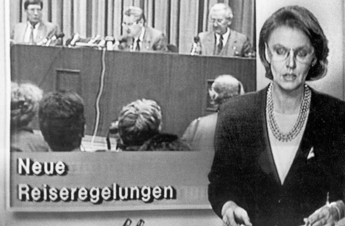 Die Meldung des DDR-Staatsfernsehens, die   die Mauer öffnet.  | Foto: dpa