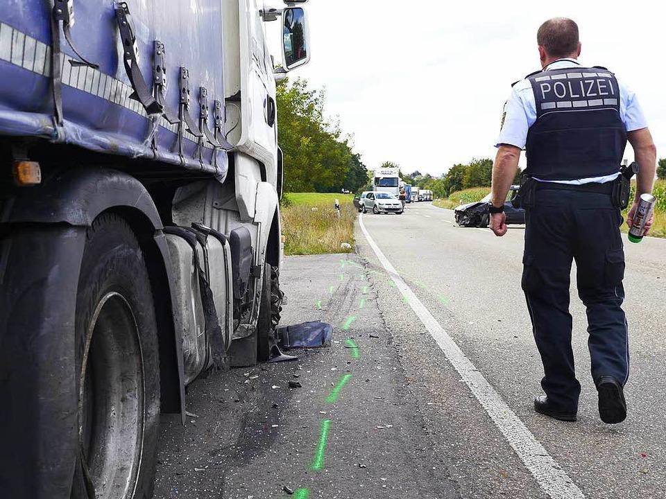 Auch ein Lastwagen wurde bei dem Unfall beschädigt.  | Foto: Patrick Kerber