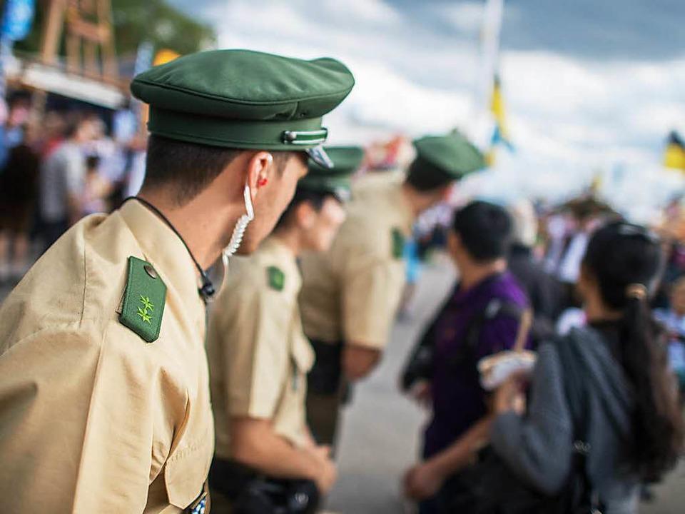 Polizisten stehen am Eingang des Oktoberfests.    Foto: dpa