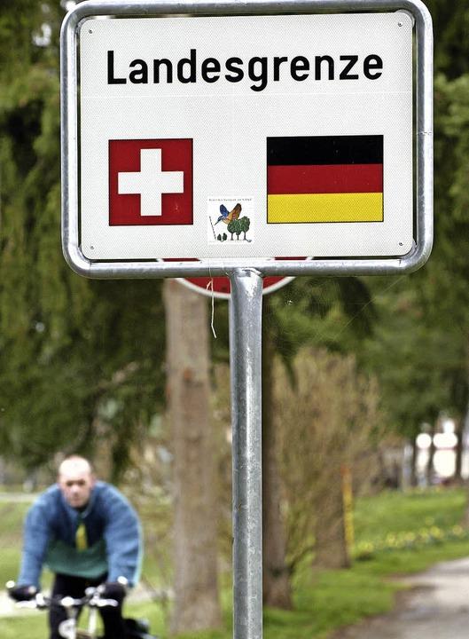 Der Weg über die   Grenze ist für viele Arbeitnehmer alltäglich.   | Foto: dpa