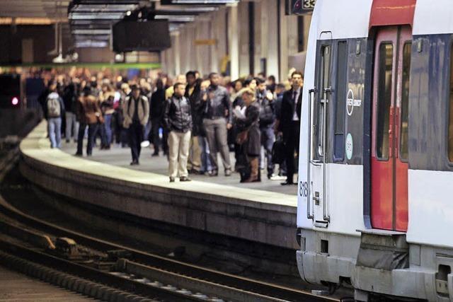In der Pariser S-Bahnlinie B treffen Geschäftsleute auf Touristen und Vorstadtbewohner