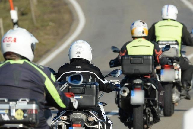 Motorradfahrer sperren Straße – und einer schlägt auf Autofahrer ein