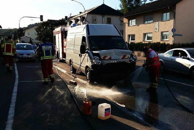 Klein-Lkw fährt auf BMW auf – zwei Verletzte