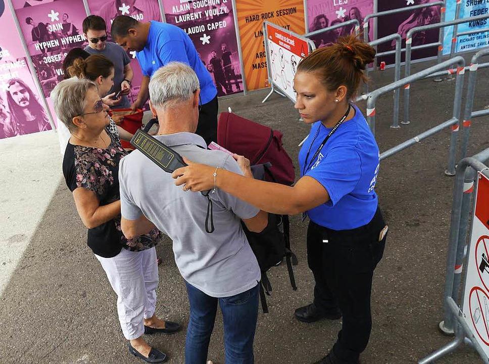 Am Eingang der Messe werden die Besucher mit dem Metalldetektor kontrolliert.  | Foto: Patrick Kerber