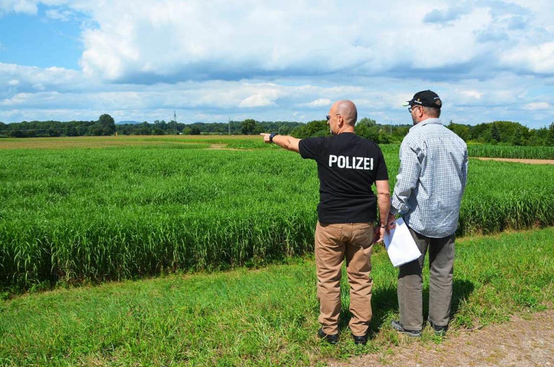 Manfred Bluhm, (links) und Norbert Stolz werten die Luftbilder aus.    Foto: Sebastian Wolfrum