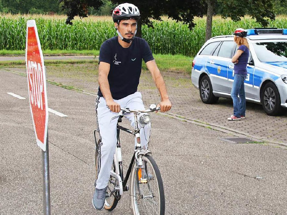 Mit Flüchtlingen Fahrradfahren zu üben...streitigkeiten möglichst zu vermeiden.  | Foto: Roland Spether