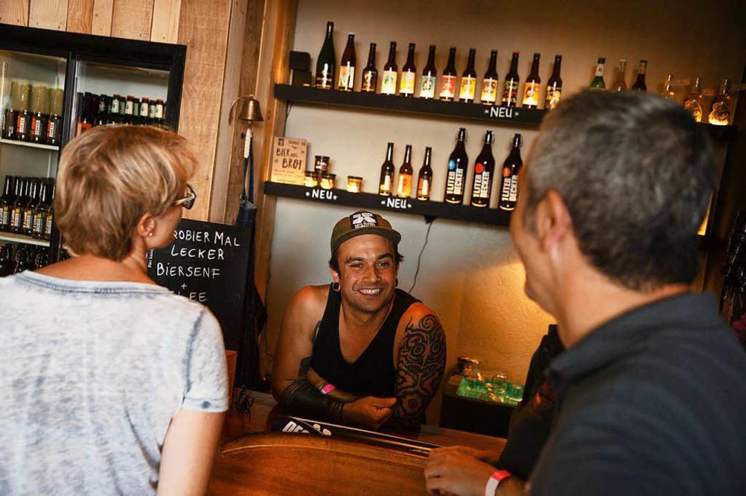 16 Brauereien und über 40 verschiedene...in Schmitz Katze war die Auswahl groß.  | Foto: Jannis Grosse