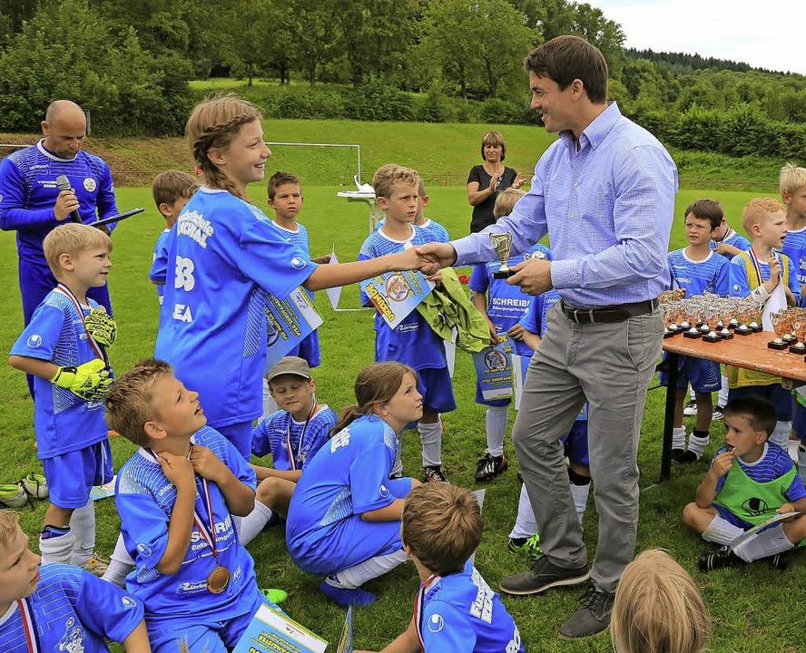 Von Bürgermeister Matthias Gutbrod gab...;s Medaillen für den Kicker-Nachwuchs.  | Foto: DEc