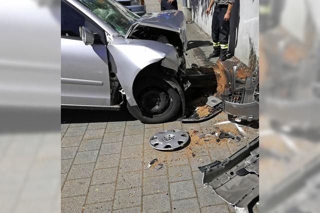 Schwerer Unfall: Frontal gegen eine Hauswand
