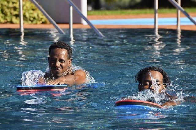 Flüchtlinge lernen im Waldbad das Schwimmen