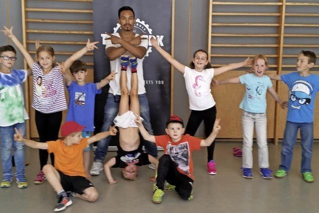 Der Ex-Weltmeister probt mit Kindern Breakdance