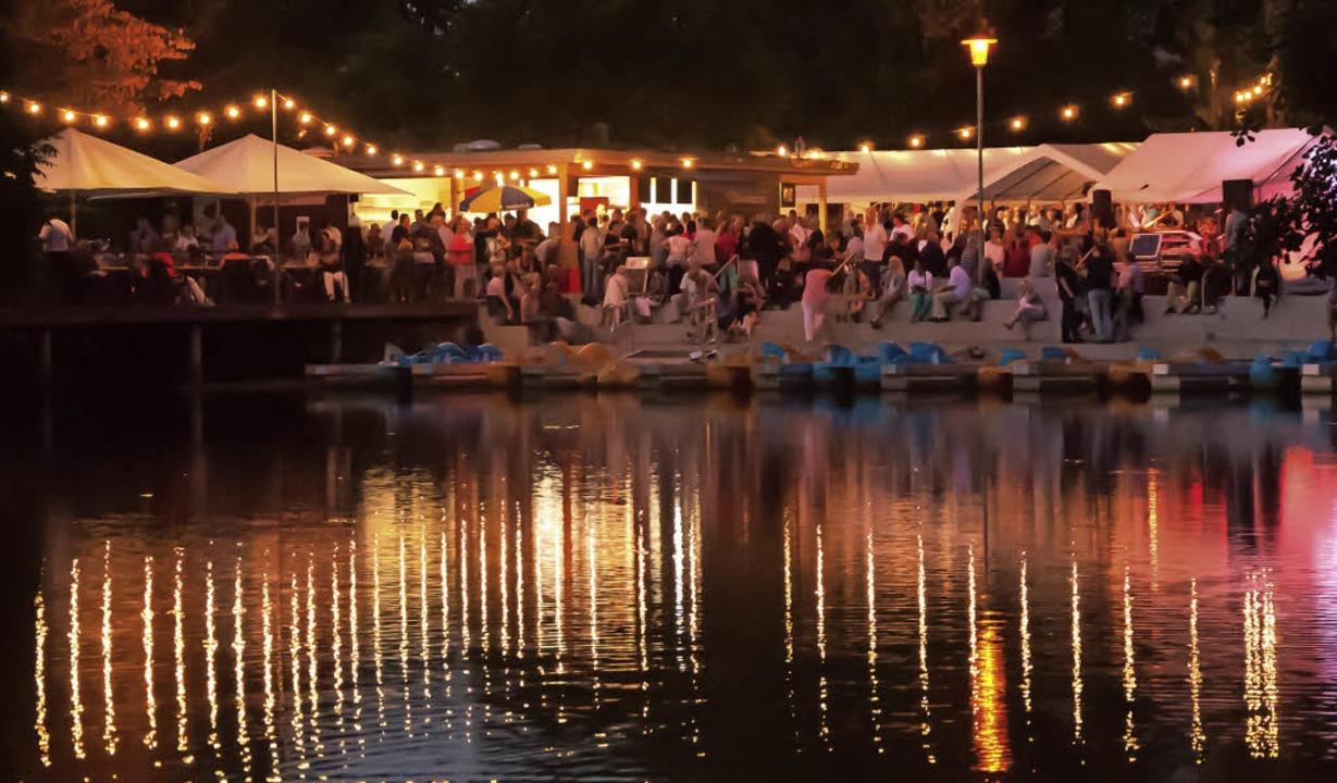 Romantische Stimmung beim Seenachtfest am Stadtrainsee in Waldkirch.   | Foto: Fotos: Helmut Rothermel