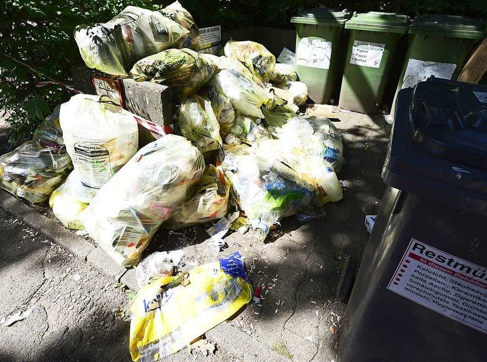 Typische Szene: Müll, kreuz und quer durcheinander.  | Foto: Ingo Schneider