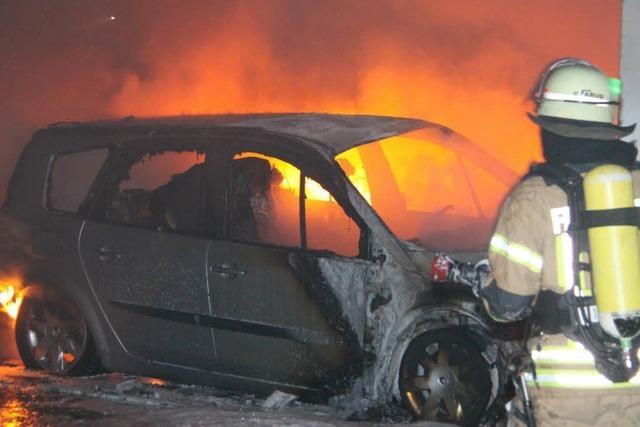 Mehrere Autos und einen Reisebus in Villingen angezündet - zwei Verletzte