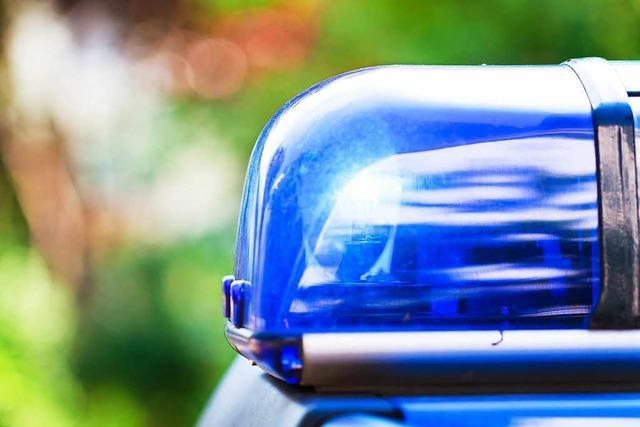 50-Jährige nickt am Steuer ein und baut einen Unfall