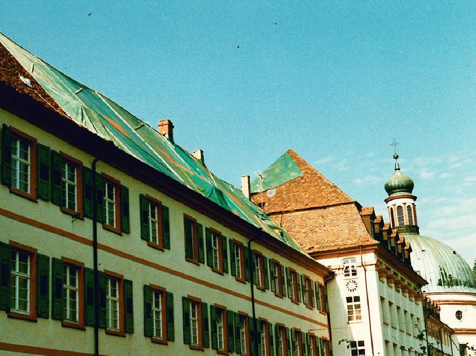 Heruntergerissene Dachziegel und mit P...wetter im Münstertal hinterlassen hat.  | Foto: Kloster