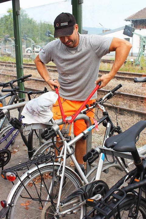 Bei einfacheren Schlössern genügt die Kneifzange, um die Drahtesel loszumachen.  | Foto: Mario Schöneberg