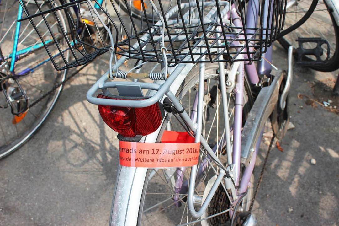 Zwei Wochen lang erinnerten Mahnzettel...angierten Göbel doch bitte abzuräumen.  | Foto: Mario Schöneberg