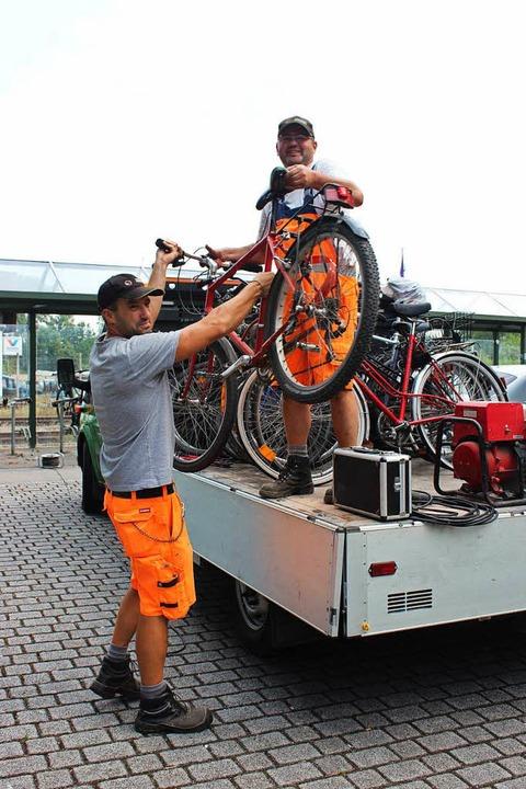 Auf dem Pritschenwagen kommen die Räde...icht meldet sich ja noch ein Besitzer.  | Foto: Mario Schöneberg