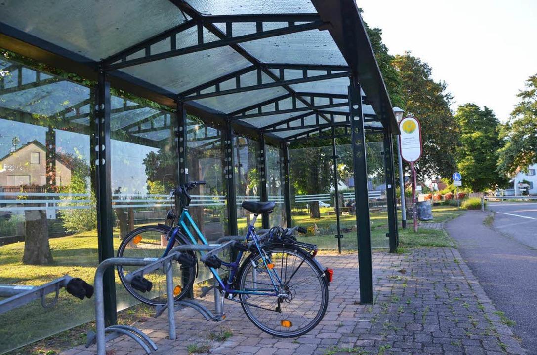 Der meist leer stehende überdachte Rad...n soll an den Bahnhof verstezt werden.  | Foto: Manfred Frietsch