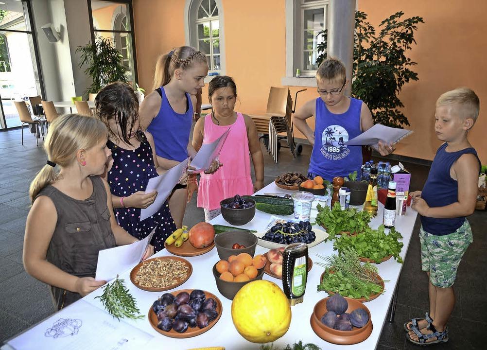 Riegel.  Die Kinder am Tisch mit den Zutaten für die römischen Salate.  | Foto: Roland Vitt