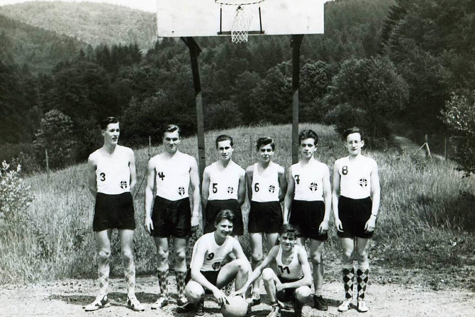 """1956, die Anfänge des Basketballs in Freiburg. Für die Mannschaft des CVJM/EK-Freiburg war damals der Freiplatz auf der """"Lochmatte"""" in Zähringen die einzige Trainingsmöglichkeit. (Foto: privat)"""