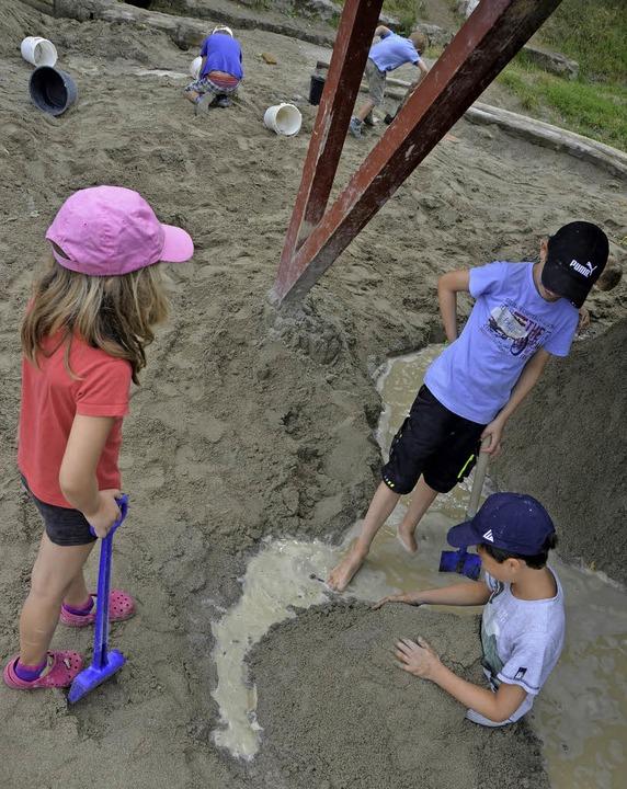 Buddeln im Sand und pantschen im Bachwasser   | Foto: Sophia Hesser