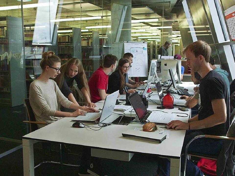 Die crossmediale Redaktion in der Universitätsbibliothek.  | Foto: Falko Wehr