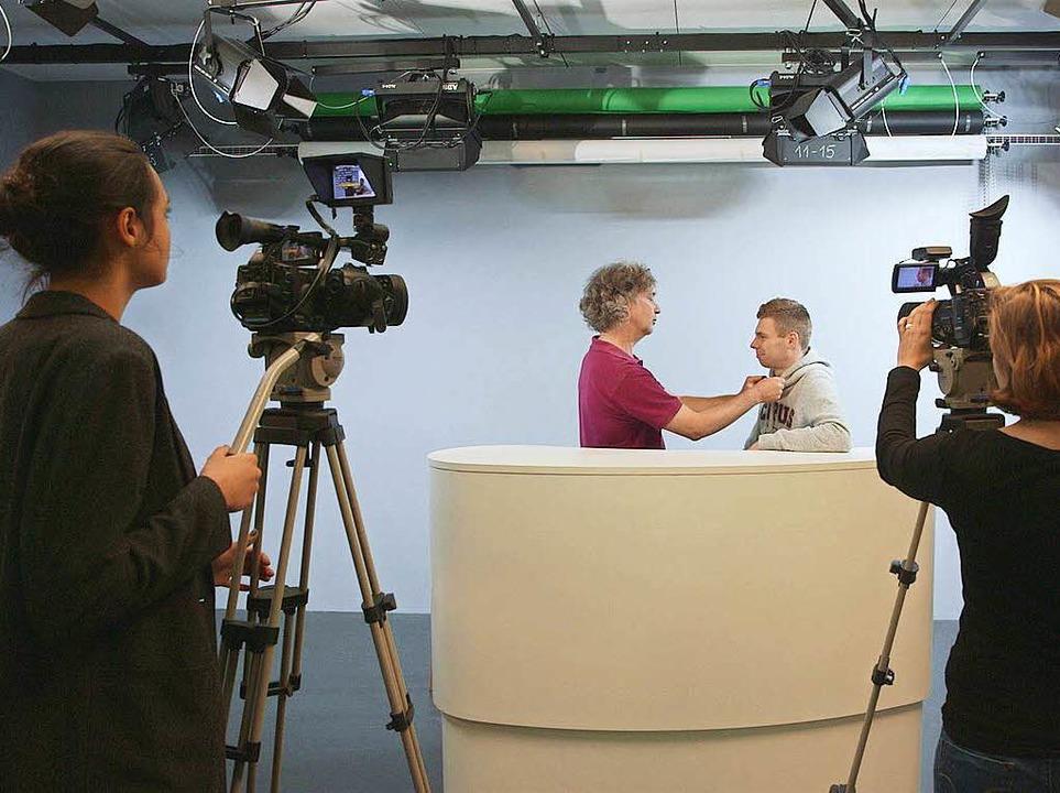 Den Studierenden steht ein komplettes TV-Studio zur Verfügung.  | Foto: Falko Wehr