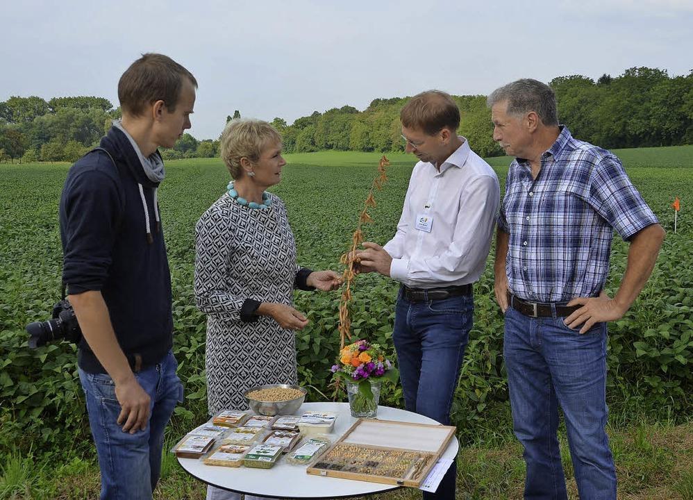 Staatssekretärin Friedlinde Gurr-Hirsc... dem Sojaanbau im Breisgau erläutern.   | Foto: Marina Frietsch