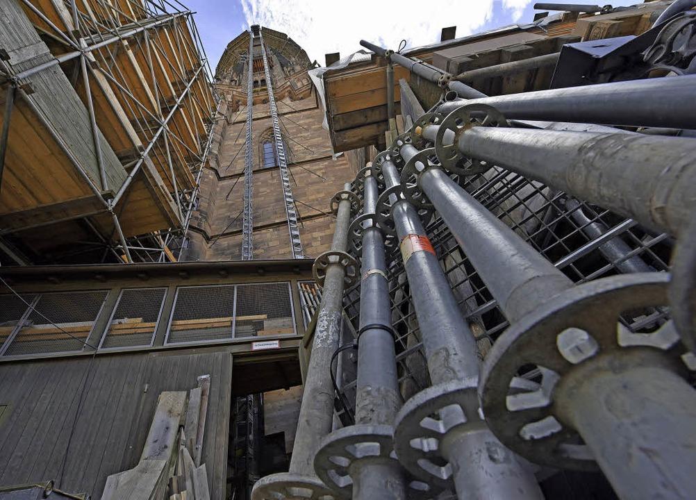 So ganz allmählich schält sich aus dem Gerüst wieder der Münsterturm heraus.   | Foto: Michael Bamberger