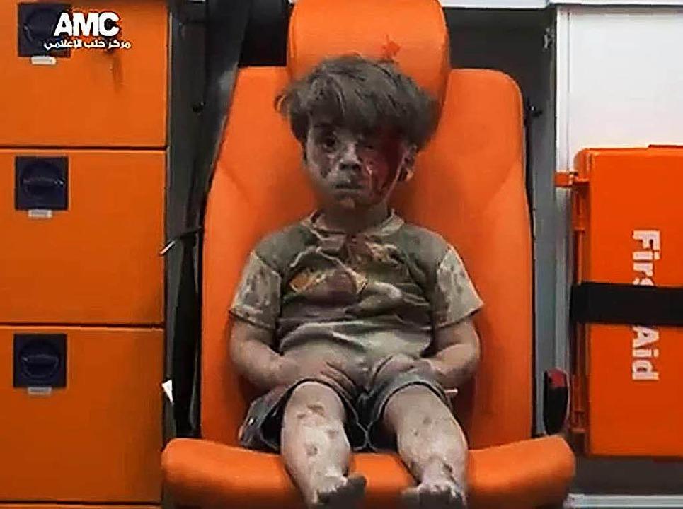 Er heißt Omran und ist nach Angaben sy...an solche Bilder überhaupt verbreiten?  | Foto: afp