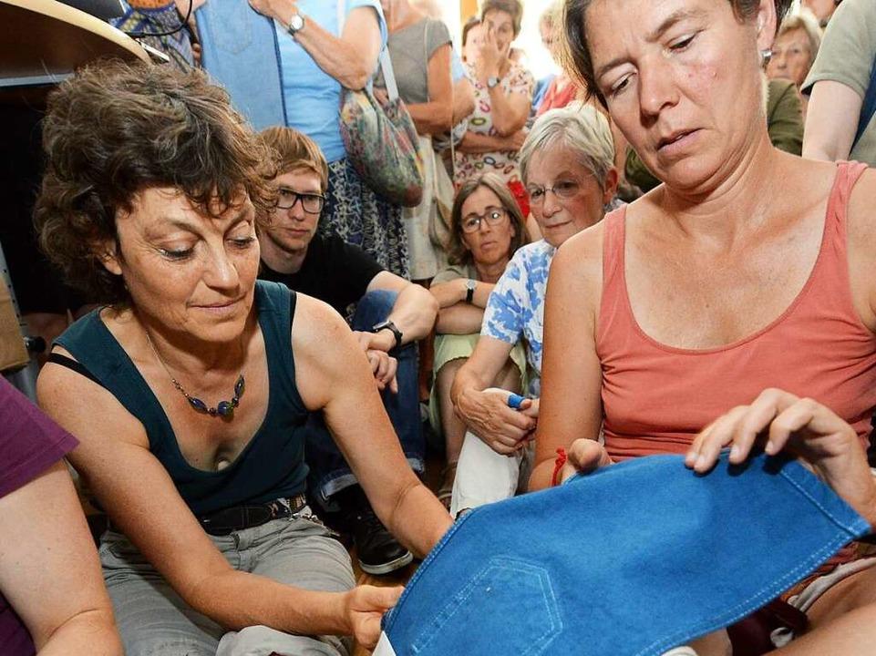 Die blauen Bio-Hosen konnten von den B...usbreiteten, ausgiebig befühlt werden.  | Foto: Rita Eggstein