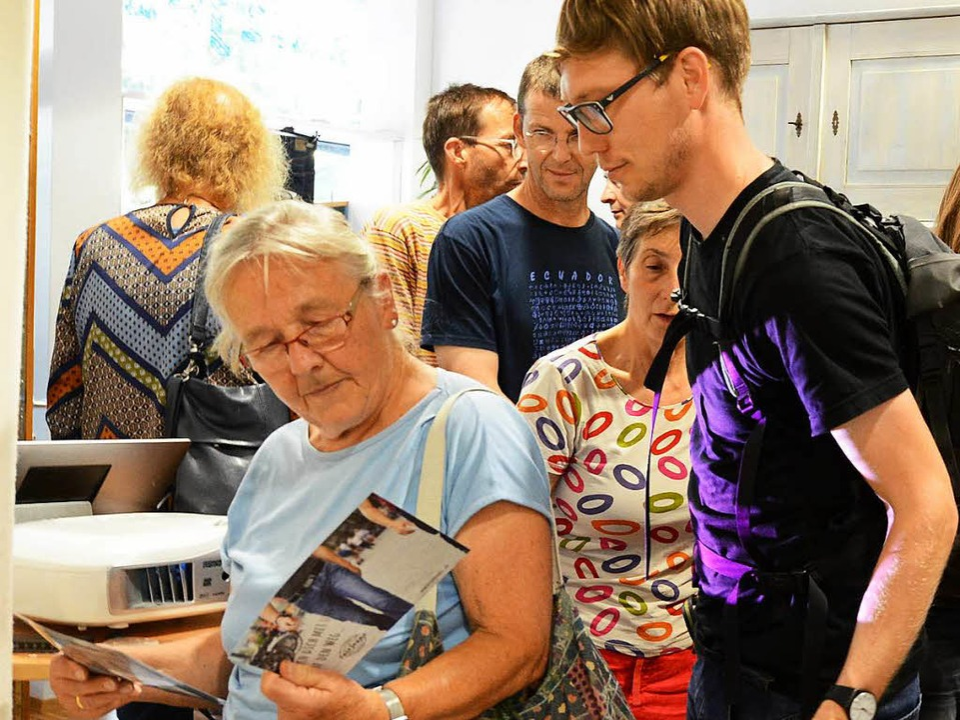 Interessiert schauten sich die BZ-Leserinnen und -Leser um.  | Foto: Rita Eggstein