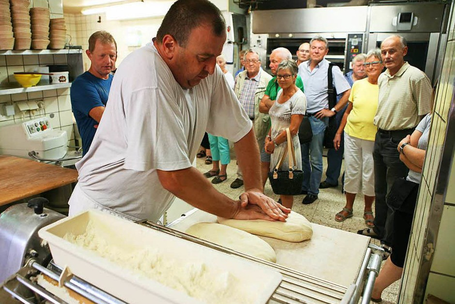 Die Leser blickten hinter die Kulissen der Bäckerei Baumert. Chef Klaus Baumert stand bei Fragen Rede und Antwort. Gemeinsam wurden Brezeln gelegt und gebacken. (Foto: Bastian Bernhardt)
