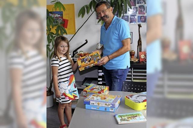 Kinder spenden Spielzeug für Ärmere
