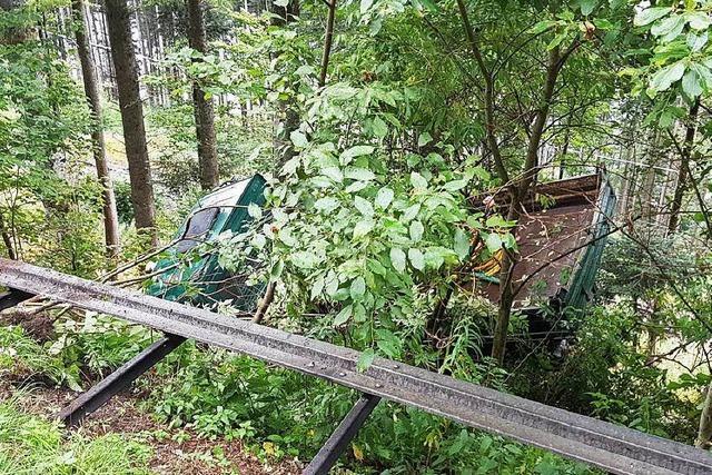 Bahnstrecke und Bundesstraße bei Titisee nach Unfall gesperrt